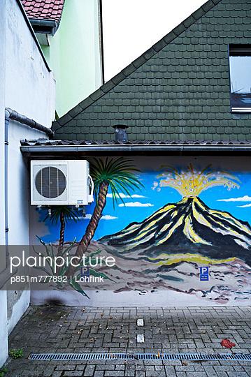 Angemalte Hauswand - p851m777892 von Lohfink