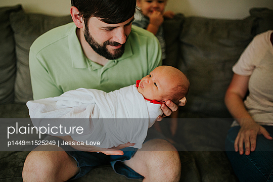 plainpicture | Photo library for authentic images - plainpicture p1449m1525249 - Father with baby - plainpicture/Jessica Love
