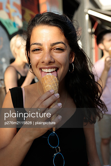 Young woman enjoying icecream - p276m2115828 by plainpicture