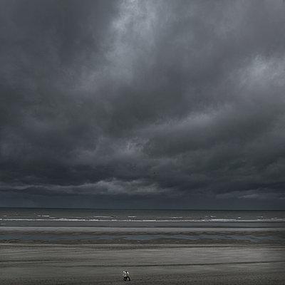 Walking on the Beach - p1128m947578 by Chau Cuong Lê