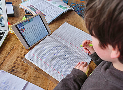 Boy doing his homework on ipad tablet - p390m2183799 by Frank Herfort
