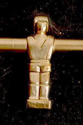 Goldene Tischfussballfigur - p451m1017404 von Anja Weber-Decker