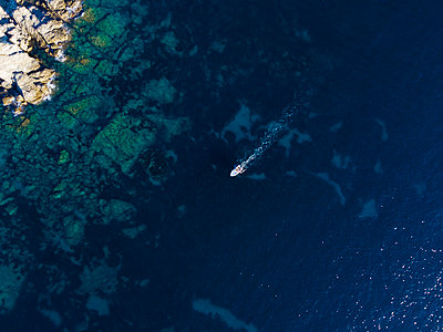 Aerial view of a speedboat in the Mediterranean sea - p590m2215186 by Philippe Dureuil