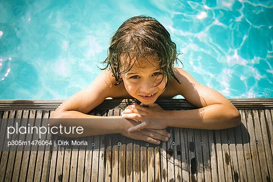 Sonnenbaden am Pool - p305m1476064 von Dirk Morla