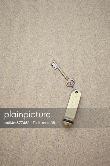 Zimmerschlüssel im Sand - p464m877482 von Elektrons 08