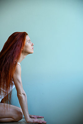 Red-haired woman practising yoga, side view - p427m2211222 by Ralf Mohr