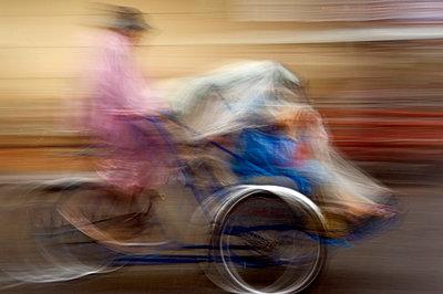 Rikscha in Phnom Penh - p589m815071 von Thierry Beauvir