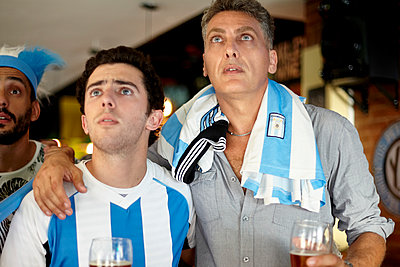 Argentinian football supporters watching match in bar - p623m1546179 by Belen Majdalani
