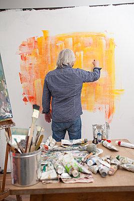 Malen im Atelier - p830m826081 von Schoo Flemming