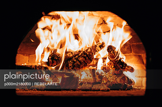 Firewood burning in pizza oven - p300m2180000 by REBELARTE