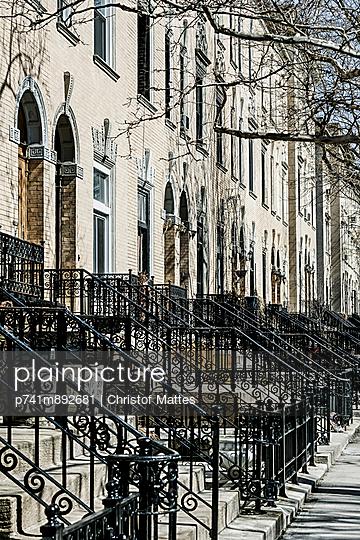 Reihenhäuser in New York - p741m892681 von Christof Mattes