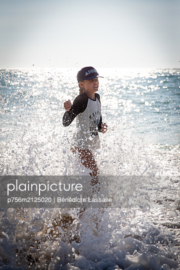 Girl in the sea - p756m2125020 by Bénédicte Lassalle