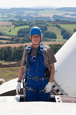 Stolzer Monteur auf Windkraftanlage - p1079m1042193 von Ulrich Mertens