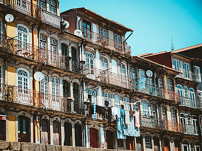 Portugal, Porto, Houses in the old town - p1681m2263289 by Juan Alfonso Solis