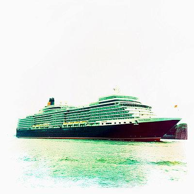 Cruise ship Queen Elizabeth leaves the shipyard in Hamburg, Hamburg, Germany - p300m1009668 by Arthur Selbach