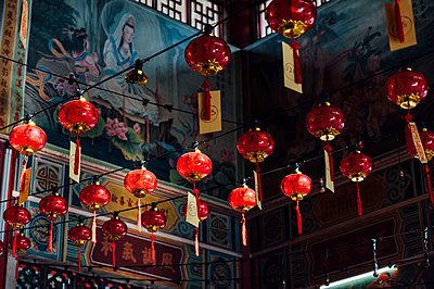 Malaysia, Rows of red lanterns hanging inside temple - p300m2180842 by Jose Luis CARRASCOSA