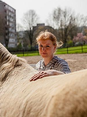Frau hinter Pferderücken - p1611m2182311 von Bernd Lucka