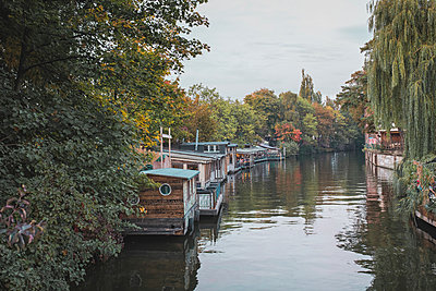 Germany, Berlin, houseboats on Spree river - p300m1114937f by Anke Scheibe