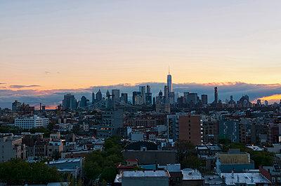 New York Skyline im Abendlicht - p470m1165100 von Ingrid Michel