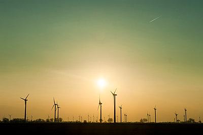 Windräder im Sonnenuntergang - p830m1008192 von Schoo Flemming
