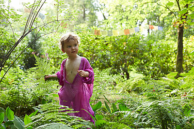Little girl wearing pink tunic in nature - p300m2102807 von Antje Merkel