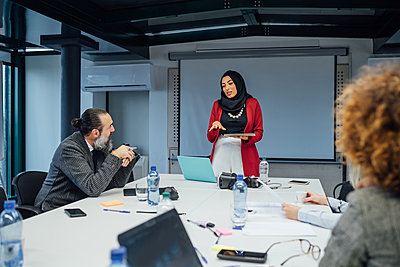 Business partners at brainstorming meeting in office - p429m2097923 by Eugenio Marongiu