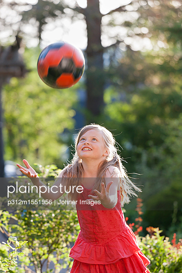 plainpicture - plainpicture p312m1551956 - Girl playing ball in garden - plainpicture/Johner/Johner Images