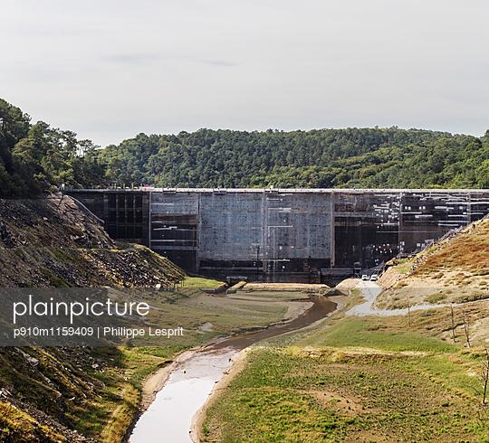 Baustelle Staudamm Saint Aignan - p910m1159409 von Philippe Lesprit