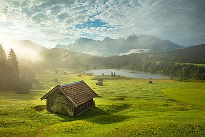 Lake Geroldsee, Mittenwald, Karwendel, Alps, Bavaria, Germany, Europe - p651m2271139 by Jeremy Flint photography