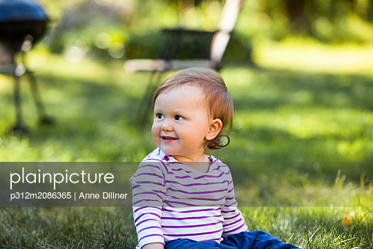 Baby girl looking away - p312m2086365 by Anne Dillner