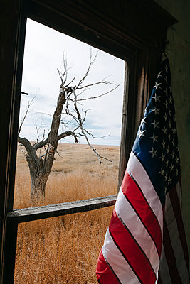 Flagge vor einem Fenster - p1262m1215946 von Maryanne Gobble