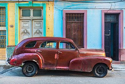 Repaired vintage car, Havana, Cuba - p300m2114370 by hsimages