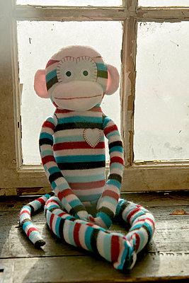 Strickaffe vor Gitterfenster - p451m1214868 von Anja Weber-Decker