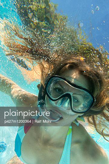 Frau im Pool - p427m1200364 von R. Mohr
