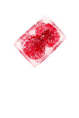 Eiswürfel mit Himbeeren - p1212m1193405 von harry + lidy