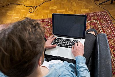 Junger, schöner Mann, Szenetyp mit einem Start-up - p1325m1333048 von Antje Solveig