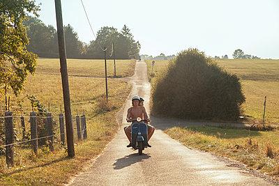 Junges Paar auf Vespa auf Feldweg - p1358m1214706 von Nolting