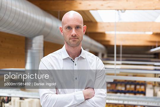 Portrait of confdent businessman in modern factory - p300m1581492 von Daniel Ingold