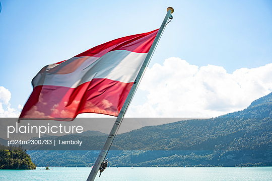 Austria, Austrian flag on ferry in Wolfgangsee - p924m2300733 by Tamboly