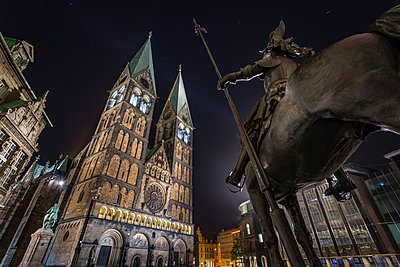 Germany, Bremen, Equestrian statue and Bremen Cathedral at night - p300m1053096f by Stefan Kunert
