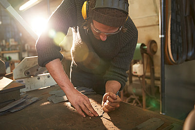 Man making knives in a workshop - p300m2144608 by Pete Muller