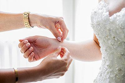 Braut Armband anlegen - p680m1120292 von Stella Mai