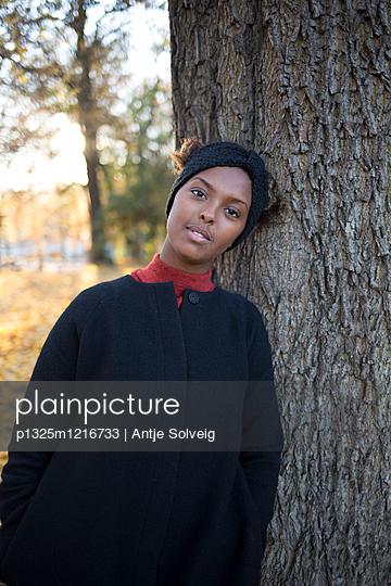 Junge Frau im herbstlichen Park - p1325m1216733 von Antje Solveig