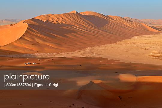 Oman, Dhofar, sand dunes in the Rub al Khali desert - p300m1587594 von Egmont Strigl