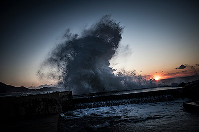 Wave splashing at sunset - p1007m1134142 by Tilby Vattard