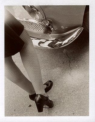 Frau vor altem Audi - p3420532 von Thorsten Marquardt