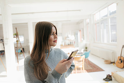 Young woman uses tablet PC - p586m2021376 by Kniel Synnatzschke
