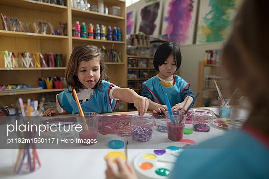plainpicture - plainpicture p1192m1560117 - Preschool boy and girl pain... - plainpicture/Hero Images