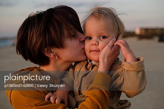 Junge Frau mit ihrem Sohn am Strand - p1363m2142800 von Valery Skurydin