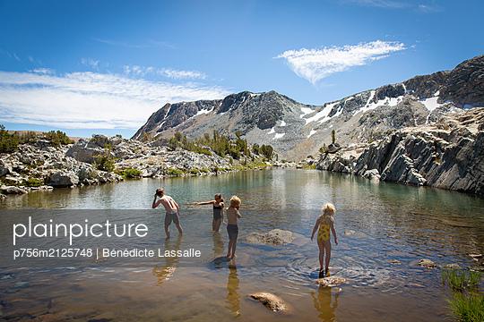 Bathing fun - p756m2125748 by Bénédicte Lassalle